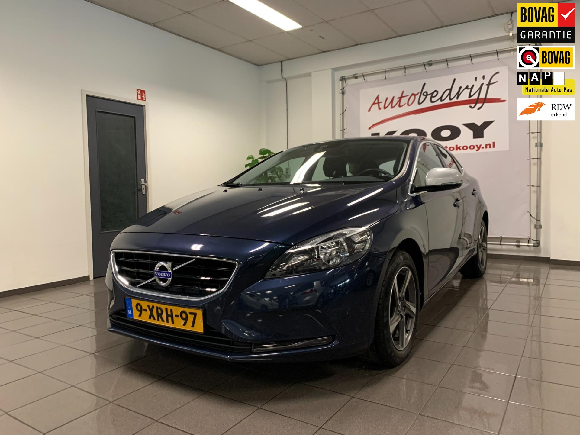 Volvo V40 2.0 D4 Momentum Business * Navigatie / Harman/Kardon / Trekhaak *