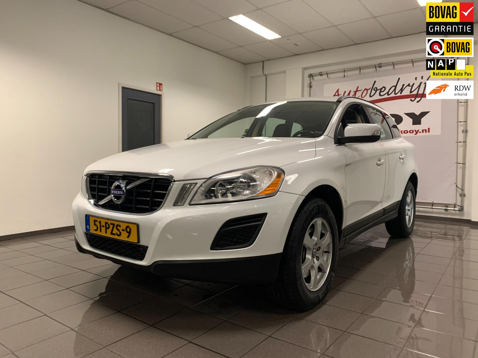 Volvo XC60 2.0T Momentum Automaat * Leder / Afn. Trekhaak / Cruise control *